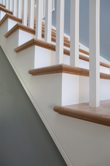 Cut string staircase